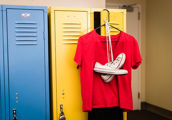 A red t-shirt, black leggings and converse (Arabic and English)